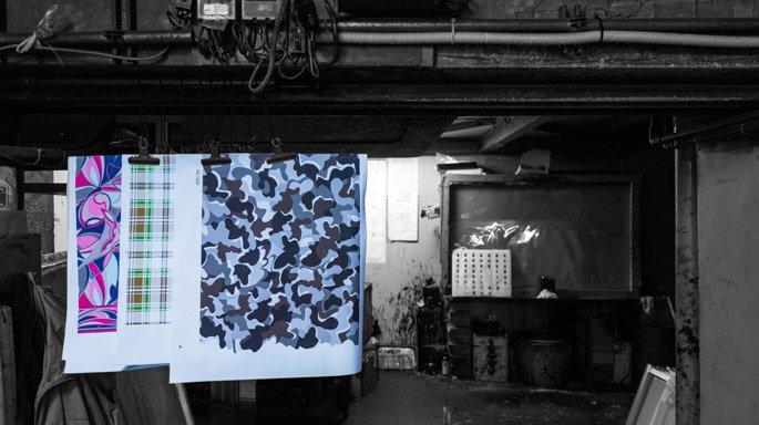 伊地智写真型製作所 印刷現場と試し刷りを乾かしている風景