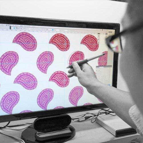 よくあるご質問 職人がパソコン内のデザインパターンの確認している風景