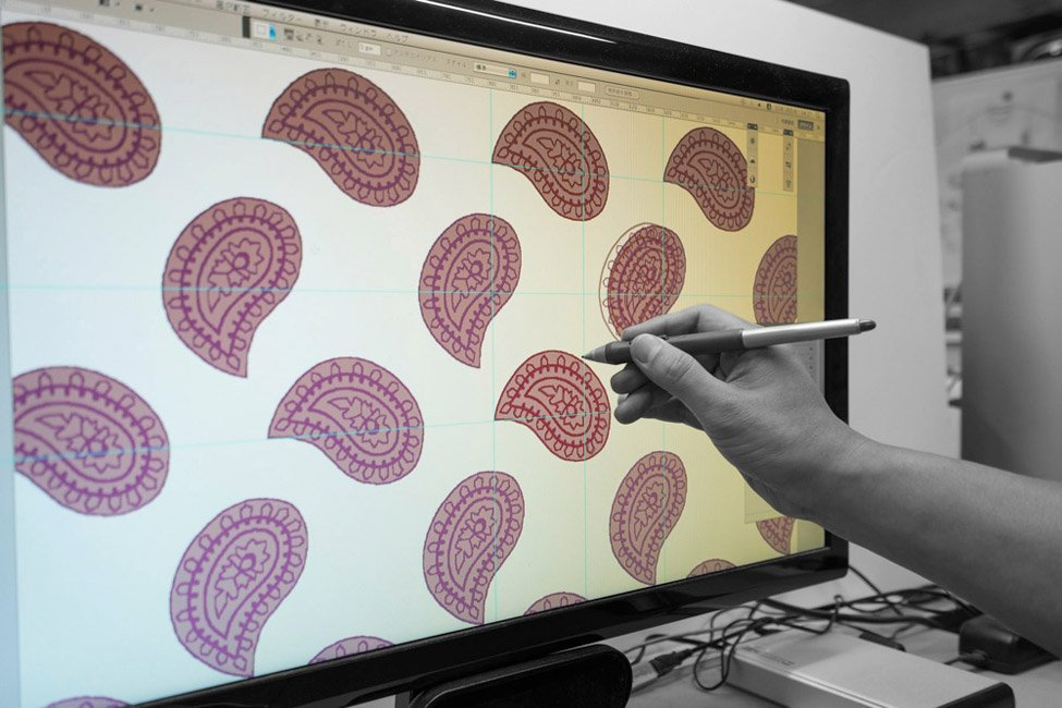 株式会社 伊地智写真型製作所(シルクスクリーン)の作業現場の写真 パソコン内のデザインパターンの確認風景