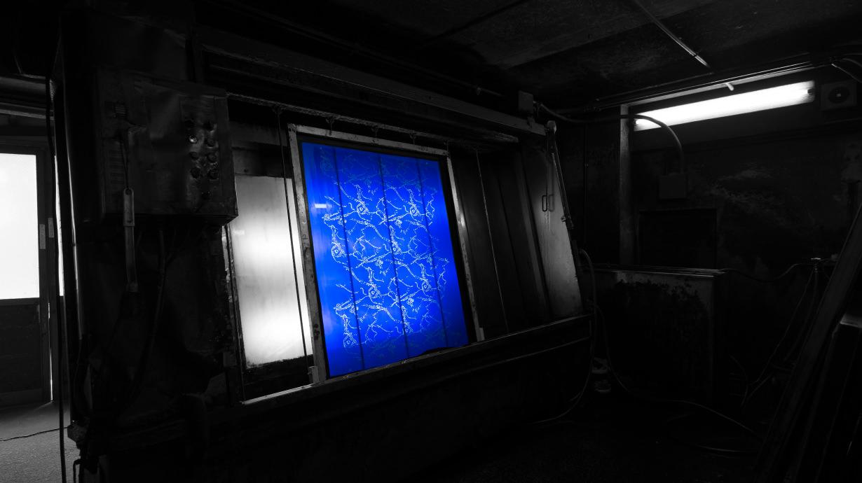 伊地智写真型製作所 試し刷りをしたシルクスクリーンの原板を洗う機械